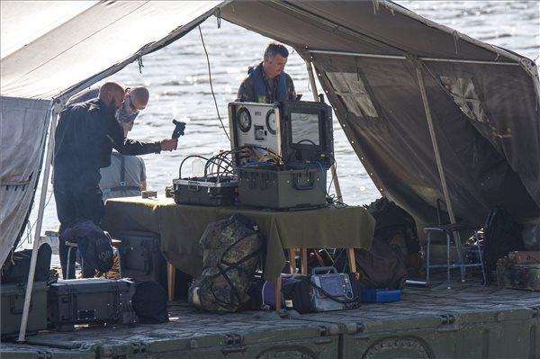 Munkában a tűzszerészek (fotó: Lakatos Péter – MTI)